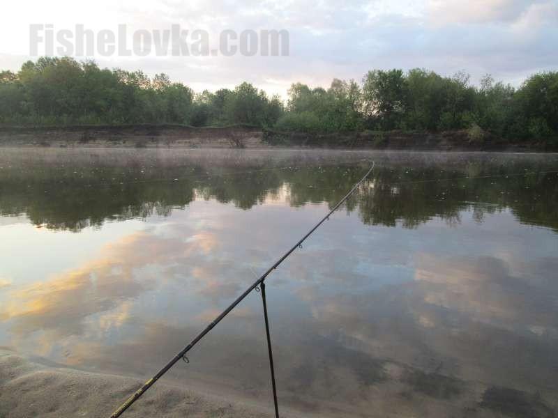 На реке фидер располагают под углом к воде.