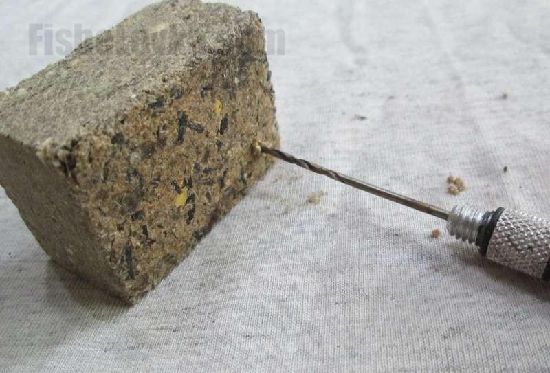 В углах жмыха делаем отверстия карповым сверлом.