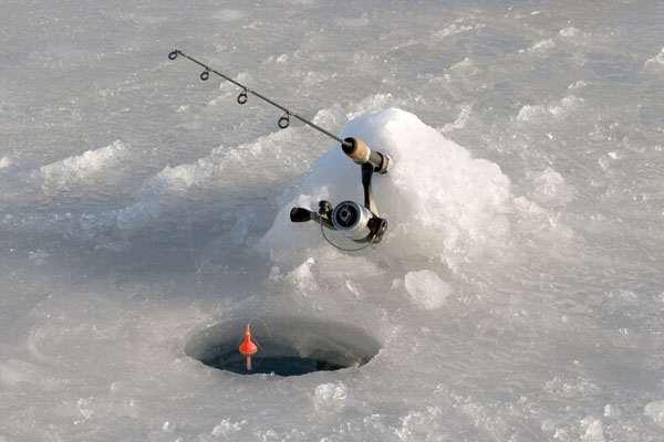 Надежный удильник на зимней поплавчанке.