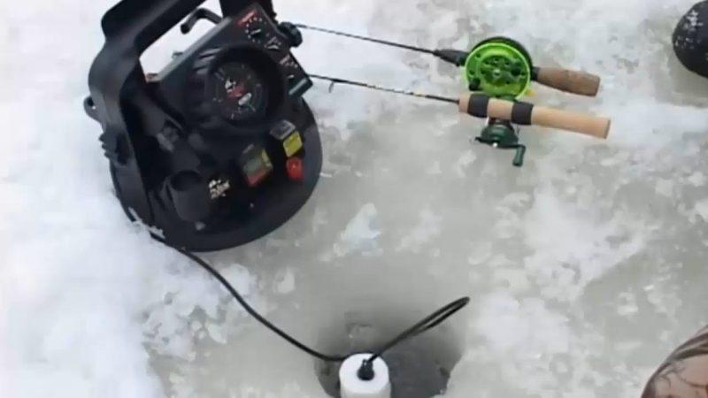 На льду эхолот-флешер.
