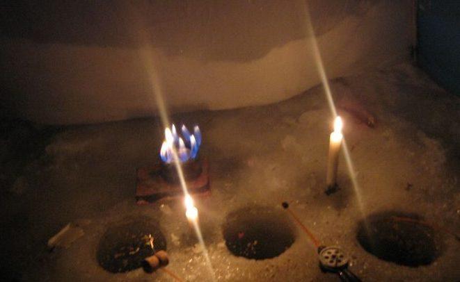 Свечи и горелка: свет и тепло в зимней палатке.