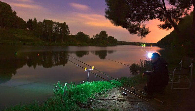На ночной рыбалке применяйте свеьлячки и фонарики.