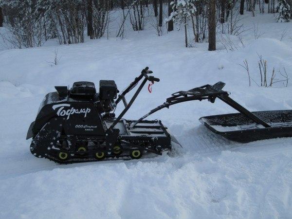 Мотособака на снегу.