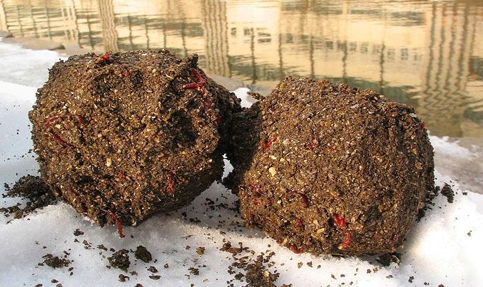 Прикормка из грунта с мотылем.