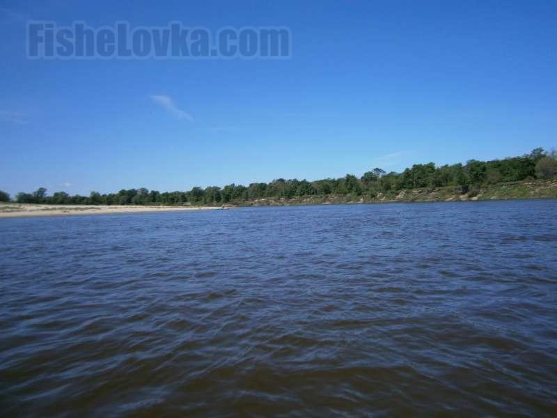 На реке можно рыбачить в любое время суток.