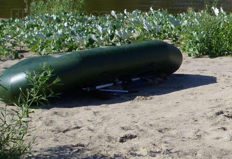 Особенно тщательно промывать лодку нужно после речного песка.