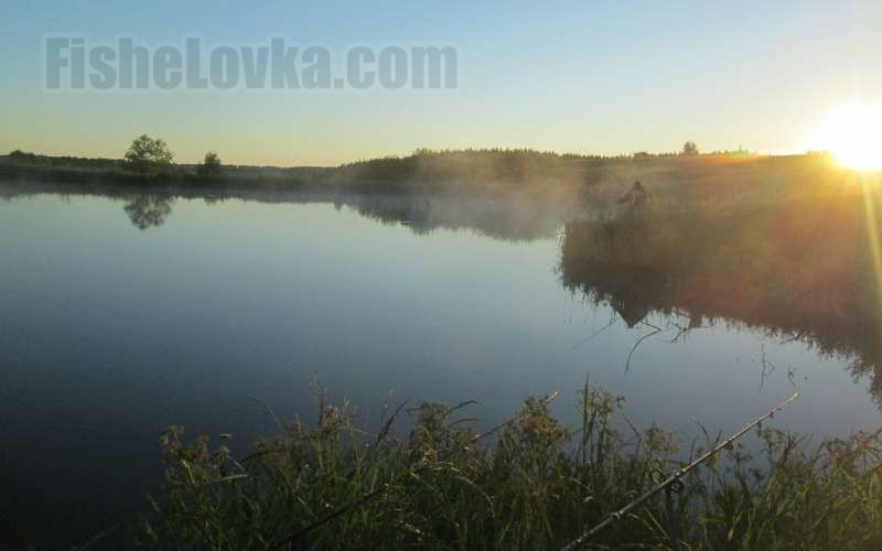 Рассвет над озером.
